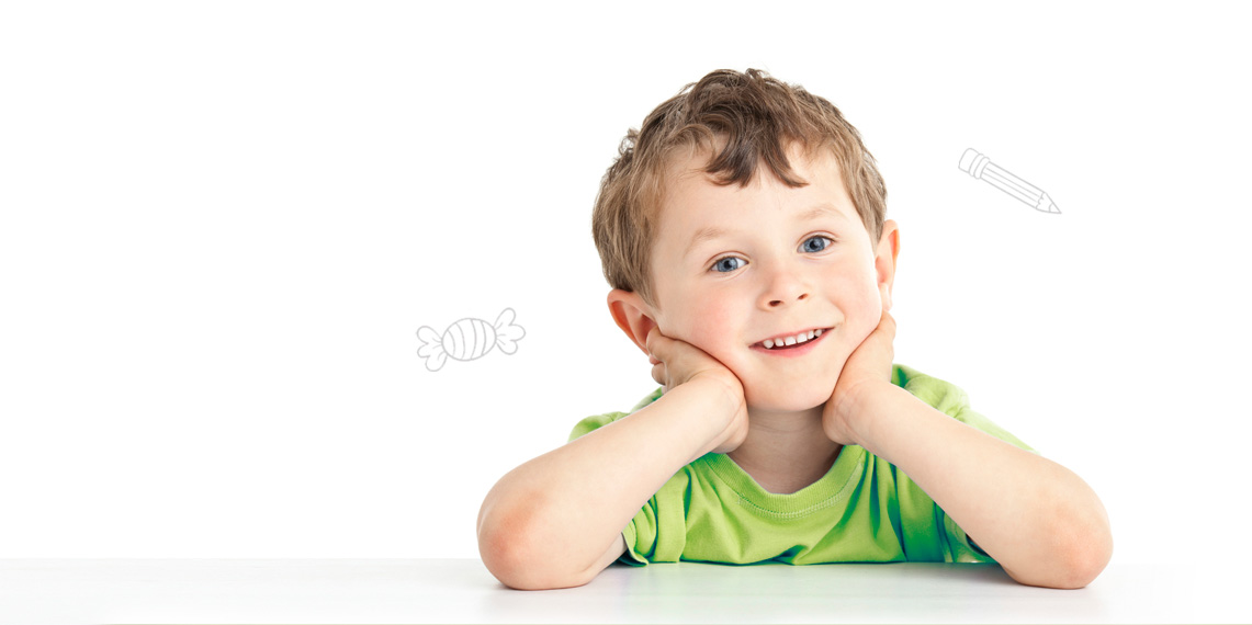 menino_sorrindo_com_as_maos_no_rosto